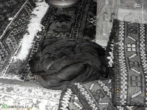 عمامه حضرت آیت الله خامنهای بعد از ترور نافرجام ایشان در مسجد ابوذر در سال۶۰/عکس