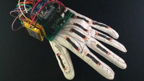 اختراع دستکش هوشمندی که به داد ناشنوایان می رسد!