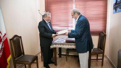 اهدای کتاب نفیس قرآنطباخ به استانداری اصفهان، توسط بانکپاسارگاد