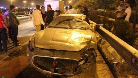 تصادف شدید مازراتی با پراید/ گاردریل خودروی میلیاردی را بلعید/ عکس
