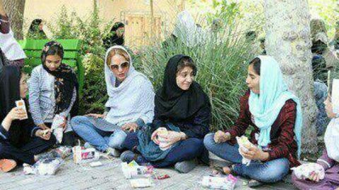 مهناز افشار در پارک با کودکان کار ناهار خورد