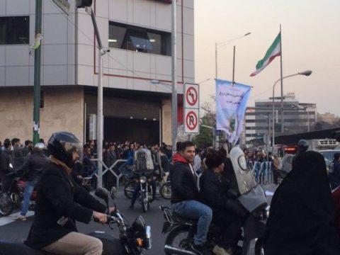 اعتراضات تهرانی در میدان انقلاب