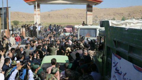 تصویری از حضور روحانی بین مردم کرمانشاه در سفر به مناطق زلزلهزده